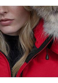 CANADA GOOSE - Czerwona kurtka Chelsea. Kolor: czerwony. Materiał: puch, poliester, futro, materiał, bawełna. Wzór: aplikacja. Styl: klasyczny