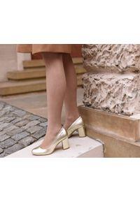 Zapato - złote czółenka na słupku - skóra naturalna - model 042 - kolor złoty. Okazja: na wesele, na ślub cywilny, na imprezę. Nosek buta: okrągły. Kolor: złoty. Materiał: skóra. Wzór: motyw zwierzęcy, kolorowy. Sezon: lato. Obcas: na słupku. Styl: boho, klasyczny, elegancki. Wysokość obcasa: średni