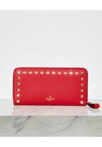 VALENTINO - Czerwony portfel Rockstud. Kolor: czerwony. Wzór: aplikacja