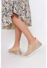 Filippo - Beżowe sneakersy filippo skórzane półbuty na brokatowym koturnie dp1500/21be. Kolor: beżowy. Materiał: skóra. Obcas: na koturnie