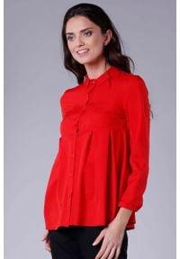 Nommo - Czerwona Koszulowa Bluzka z Efektownym Wykończeniem. Kolor: czerwony. Materiał: wiskoza, poliester