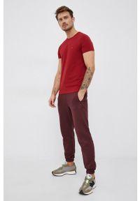 TOMMY HILFIGER - Tommy Hilfiger - T-shirt. Okazja: na co dzień. Kolor: czerwony. Materiał: bawełna, dzianina. Wzór: gładki. Styl: casual