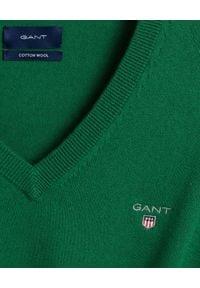 GANT - Zielony sweter z wełną. Typ kołnierza: dekolt w serek. Kolor: zielony. Materiał: wełna. Długość rękawa: długi rękaw. Długość: długie. Wzór: haft. Sezon: zima, jesień. Styl: klasyczny, elegancki