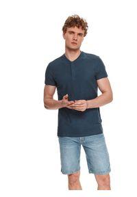 TOP SECRET - T-shirt męski z delikatną strukturą. Typ kołnierza: kołnierzyk stójkowy, polo. Kolor: niebieski. Materiał: bawełna, tkanina, materiał. Długość rękawa: krótki rękaw. Długość: krótkie. Sezon: lato. Styl: wakacyjny, elegancki