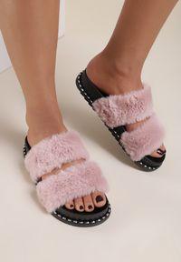Renee - Różowe Klapki Oririse. Nosek buta: okrągły. Kolor: różowy. Materiał: futro, materiał, guma. Wzór: aplikacja