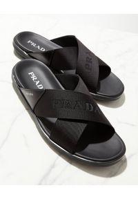 prada - PRADA - Czarne klapki z szerokimi paskami. Kolor: czarny. Materiał: guma. Wzór: napisy, paski