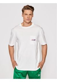 Adidas - adidas T-Shirt Adventure Pocket Logo GN2365 Biały Regular Fit. Kolor: biały