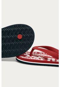 Czerwone klapki Levi's® na spotkanie biznesowe, w kolorowe wzory, biznesowe