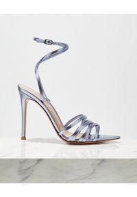 GIANVITO ROSSI - Metaliczne sandały Lita. Zapięcie: pasek. Kolor: niebieski. Wzór: paski
