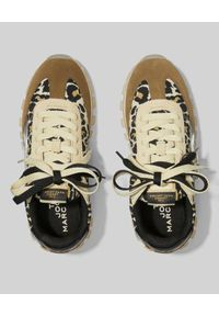 THE MARC JACOBS - Sneakersy The Jogger w panterkę. Nosek buta: okrągły. Kolor: brązowy. Materiał: tkanina. Wzór: motyw zwierzęcy. Sezon: lato. Obcas: na płaskiej podeszwie