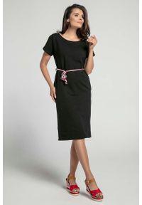 Nommo - Czarna Prosta Sukienka Midi Przewiązana Kolorowym Sznurkiem. Kolor: czarny. Materiał: bawełna. Wzór: kolorowy. Typ sukienki: proste. Długość: midi
