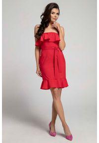 Nommo - Czerwona Koktajlowa Sukienka Typu Hiszpanka z Paskiem. Typ kołnierza: dekolt hiszpanka. Kolor: czerwony. Materiał: wiskoza, poliester. Styl: wizytowy