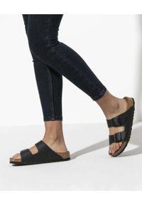 Birkenstock - BIRKENSTOCK - Czarne klapki Arizona BF. Okazja: na co dzień. Kolor: czarny. Materiał: jeans, len, materiał. Wzór: paski. Styl: klasyczny, casual