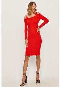 Czerwona sukienka Guess Jeans na co dzień, z dekoltem typu hiszpanka, casualowa, midi