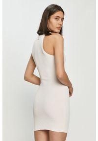 Biała sukienka Guess bez rękawów, casualowa, na co dzień