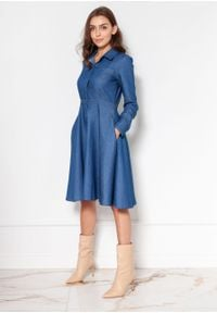 e-margeritka - Sukienka jeansowa rozkloszowana na guziki - 40. Okazja: do pracy. Typ kołnierza: kołnierzyk klasyczny. Materiał: jeans. Sezon: zima, wiosna, jesień. Typ sukienki: rozkloszowane. Styl: klasyczny, elegancki