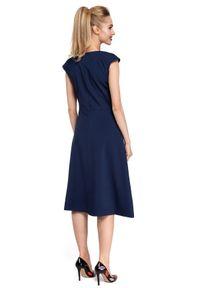 MOE - Wyjątkowa trapezowa sukienka z kontrafałdą. Materiał: elastan, materiał. Długość rękawa: krótki rękaw. Typ sukienki: trapezowe. Styl: klasyczny, elegancki. Długość: mini