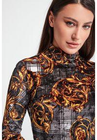 Versace Jeans Couture - SUKIENKA VERSACE JEANS COUTURE. Materiał: welur. Wzór: kratka. Typ sukienki: dopasowane, trapezowe, rozkloszowane. Długość: mini