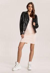 Renee - Jasnoróżowa Sukienka Rhelvia. Kolor: różowy. Materiał: dzianina. Długość rękawa: długi rękaw. Wzór: jednolity, gładki. Długość: mini