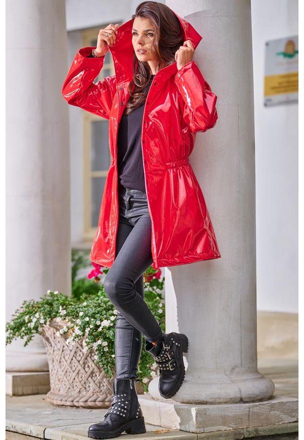 Czerwona kurtka Awama z kapturem