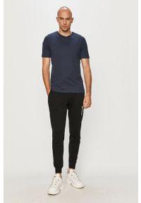 Czarne spodnie dresowe New Balance z nadrukiem