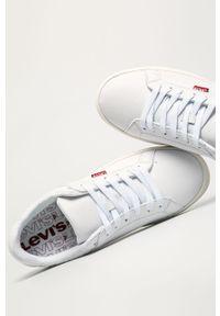 Białe sneakersy Levi's® w kolorowe wzory, na sznurówki, na spotkanie biznesowe