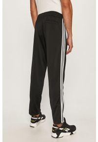 Czarne spodnie dresowe adidas Originals z aplikacjami