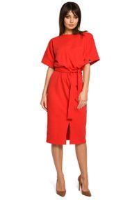 MOE - Czerwona Sukienka Midi z Rozcięciem na Przodzie. Kolor: czerwony. Materiał: bawełna, elastan. Długość: midi