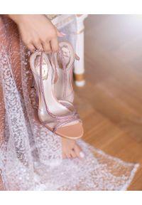 RENE CAOVILLA - Różowe sandały na szpilce. Zapięcie: pasek. Kolor: różowy, wielokolorowy, fioletowy. Wzór: paski, aplikacja. Obcas: na szpilce. Wysokość obcasa: średni #8