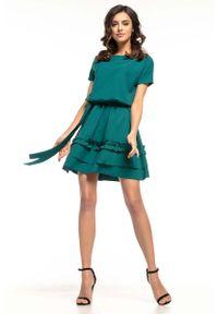 Tessita - Rozkloszowana Sukienka z Falbankami - Szmaragdowa. Typ kołnierza: kołnierz z falbankami. Kolor: zielony. Materiał: poliester, elastan