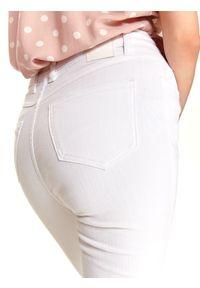 TOP SECRET - Białe spodnie jeansowe skinny. Kolor: niebieski. Materiał: jeans. Sezon: lato. Styl: elegancki