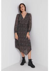 Pepe Jeans - Sukienka Hilary. Materiał: tkanina. Długość rękawa: długi rękaw. Typ sukienki: asymetryczne, plisowane, rozkloszowane