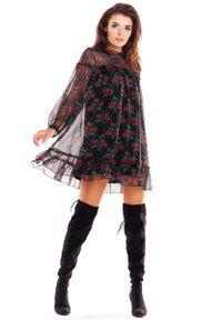 Awama - Luźna Mini Sukienka z Wzorzystego Szyfonu z Falbankami - Wzór 1. Typ kołnierza: kołnierz z falbankami. Materiał: szyfon. Długość: mini