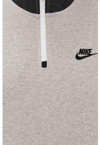 Nike Sportswear - Bluza. Okazja: na co dzień. Kolor: szary. Materiał: dzianina. Długość: krótkie. Wzór: nadruk. Styl: casual