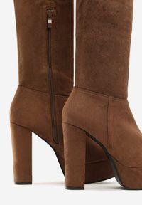 Renee - Brązowe Kozaki Tyburn. Nosek buta: okrągły. Kolor: brązowy. Szerokość cholewki: normalna. Obcas: na obcasie. Wysokość obcasa: wysoki