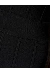HERVE LEGER - Czarna sukienka midi. Okazja: na wesele, na imprezę, na ślub cywilny. Kolor: czarny. Materiał: materiał. Długość rękawa: na ramiączkach. Styl: klasyczny. Długość: midi