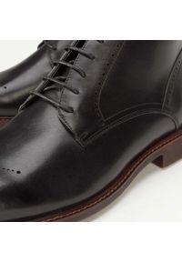 Wittchen - Męskie trzewiki skórzane sznurowane. Nosek buta: otwarty. Kolor: czarny. Materiał: skóra. Wzór: gładki, aplikacja. Styl: elegancki, retro
