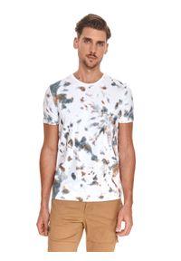 TOP SECRET - T-shirt męski we wzory. Kolor: biały. Materiał: bawełna, tkanina. Długość rękawa: krótki rękaw. Długość: krótkie. Sezon: lato. Styl: wakacyjny, klasyczny