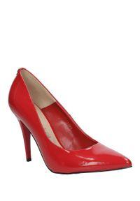 Sala - szpilki czerwone lakierowane sala 1504/88. Kolor: czerwony. Materiał: lakier. Obcas: na szpilce. Wysokość obcasa: średni