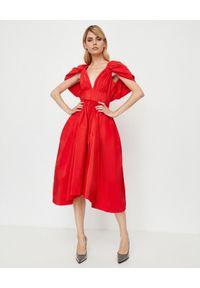 Alexander McQueen - ALEXANDER MCQUEEN - Czerwona sukienka z jedwabiu. Okazja: na wesele, na ślub cywilny, na imprezę. Kolor: czerwony. Materiał: jedwab. Styl: elegancki. Długość: midi