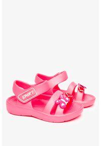Casu - Malinowe sandały piankowe na rzep z ozdobą casu t452. Zapięcie: rzepy. Kolor: różowy. Wzór: aplikacja