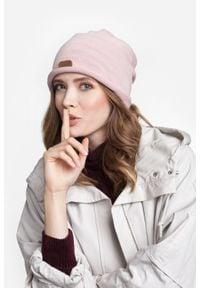 Przedłużana czapka damska PaMaMi - Pudrowy róż. Kolor: różowy. Materiał: poliamid, akryl. Sezon: wiosna. Styl: klasyczny