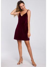 e-margeritka - Sukienka welurowa trapezowa mini bordowa - m. Kolor: czerwony. Materiał: welur. Długość rękawa: na ramiączkach. Typ sukienki: trapezowe. Styl: elegancki. Długość: mini