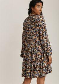 Renee - Granatowa Sukienka Castite. Okazja: na co dzień. Typ kołnierza: kołnierz z falbankami. Kolor: niebieski. Długość rękawa: długi rękaw. Wzór: kolorowy. Styl: casual. Długość: mini