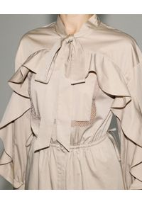 SELF PORTRAIT - Beżowa sukienka midi z falbaną. Okazja: do pracy, na co dzień, na spotkanie biznesowe. Kolor: beżowy. Materiał: bawełna, koronka. Wzór: koronka, ażurowy. Typ sukienki: proste. Styl: klasyczny, casual, biznesowy. Długość: midi