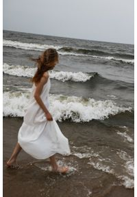 Marsala - Długa sukienka z muślinu bawełnianego w kolorze ecru - CALMA MAXI BY MARSALA. Materiał: bawełna. Długość rękawa: na ramiączkach. Sezon: lato. Długość: maxi
