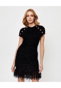 Balmain - BALMAIN - Czarna sukienka z frędzlami. Okazja: na spotkanie biznesowe. Kolor: czarny. Wzór: aplikacja. Typ sukienki: dopasowane. Styl: biznesowy, elegancki. Długość: mini
