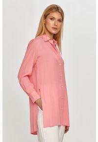 Różowa koszula z klasycznym kołnierzykiem, na co dzień