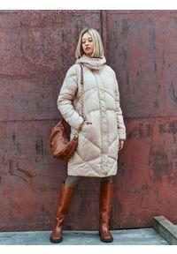 TOP SECRET - Długa pikowana kurtka z kapturem. Typ kołnierza: kaptur. Kolor: beżowy. Długość: długie