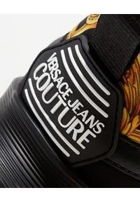 Versace Jeans Couture - VERSACE JEANS COUTURE - Męskie sneakersy ze złotymi elementami. Nosek buta: okrągły. Kolor: czarny. Materiał: materiał. Wzór: nadruk